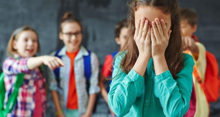 Bullying la un liceu din Timișoara. O fată cu nevoi speciale e agresată de două colege
